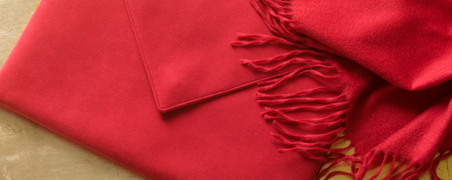 Red cashmere throw with Alcantara